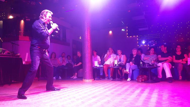 Richy, sosie officiel de Johnny Hallyday, fait deux fois plus de concerts pour répondre à la demande, depuis la du chanteur il y a six mois. (SEBASTIEN BAER / RADIO FRANCE)