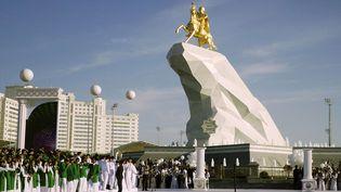 Une imposante statue en or du président turkmène Gourbangouly Berdymoukhamedov a été dévoilée à Achkhabad (Turkménistan), lundi 25 mai 2015. (ALEXANDER VERSHININ / AP / SIPA)