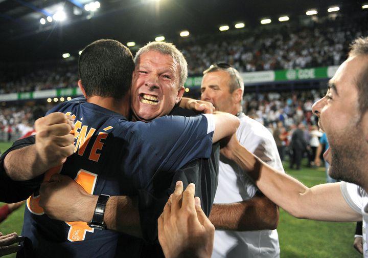 La joie de Rolland Courbis, entraîneur de Montpellier, après l'accession en Ligue 1 acquise au terme d'un match à domicile face à Strasbourg, le 29 mai 2009. (PASCAL GUYOT / AFP)