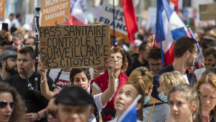 Des manifestants contre l'extension du pass sanitaire, à Paris, le 31 juillet 2021. (SERGE TENANI / HANS LUCAS)