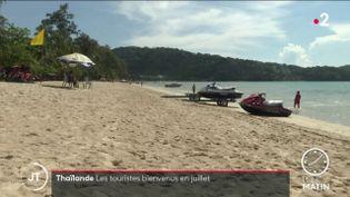 Sur une plage en Thailande. (France 2)