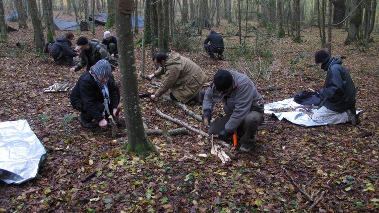 """Les participants au """"stage de survie"""" tentent de faire du feu, le 15 novembre 2012 près d'Azay-le-Rideau (Indre-et-Loire). (SALOME LEGRAND / FRANCETV INFO)"""