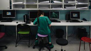 L'unité de soins intensifs de l'hôpital Lariboisière, à Paris, le 14 octobre 2020. (LUCAS BARIOULET / AFP)