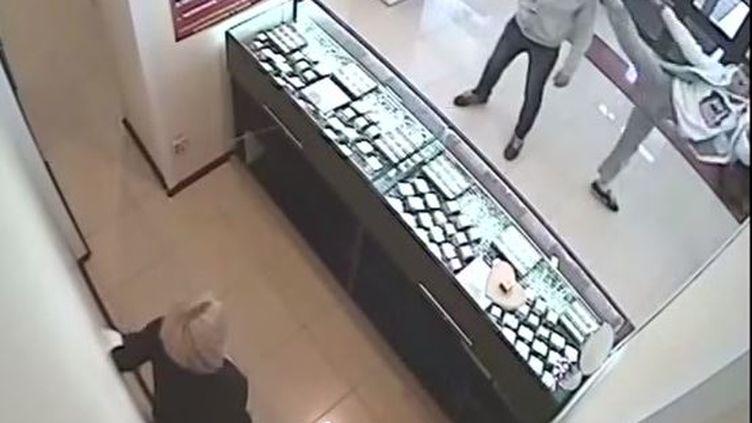 Capture d'écran montrant le geste d'un client sur un braqueur d'une bijouterie àTcheliabinskn dans l'Oural (Russie) le 16 avril 2015 (BEST EVER MADE / YOUTUBE)