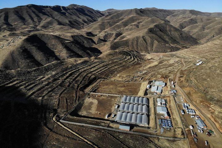 La ferme Medigrow, perdue dans les montagnes du Lesotho. (GUILLEM SARTORIO / AFP)
