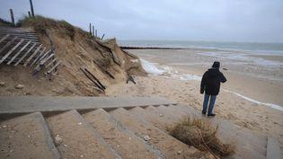 5 janvier 2014, une homme suer les dunes qui se retirent à l'Ile de Ré(Charente-Maritime) (LEOTY XAVIER / AFP)