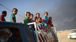 Des familles entières se dirigent vers des camps de réfugiés, comme ici àQayyarah, au sud de Mossoul, le 22 octobre 2016. (BULENT KILIC / AFP)