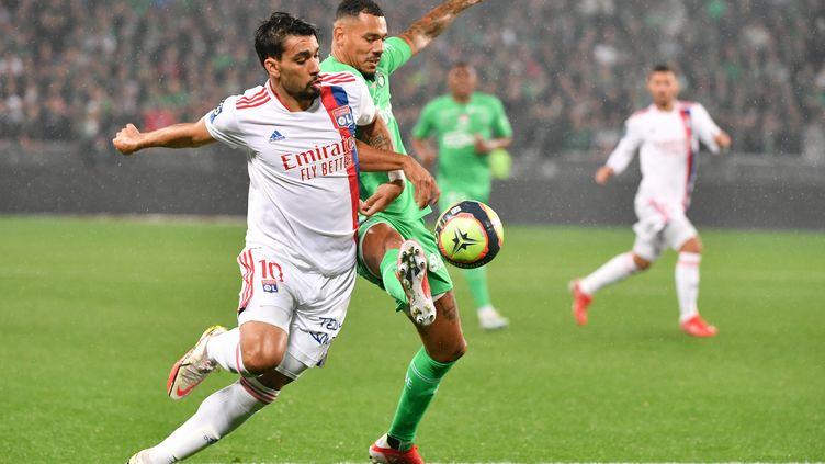 Lucas Paqueta au duel face àTimothee Kolodziejczak dans le derby entre Lyon et Saint-Etienne. (PHILIPPE DESMAZES / AFP)