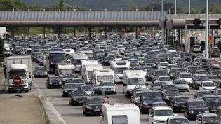 Embouteillage au péage de Reventin Vaugris, au sud de Lyon, sur l'A7, le 30 juillet 2016. (MAXPPP)