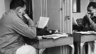 Ernest Hemingway au travail  (Hulton-Deutsch Collection/CORBIS/Corbis via Getty Images)