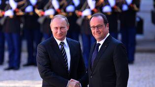 Vladimir Poutine est accueilli par François Hollande au palais de l'Elysée à Paris, le 2 octobre 2015. (MUSTAFA YALCIN / ANADOLU AGENCY / AFP)