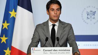 Le porte-parole du gouvernement Gabriel Attal, le 28 juillet 2021, lors du compte rendu du Conseil des ministres à Paris. (BERTRAND GUAY / AFP)