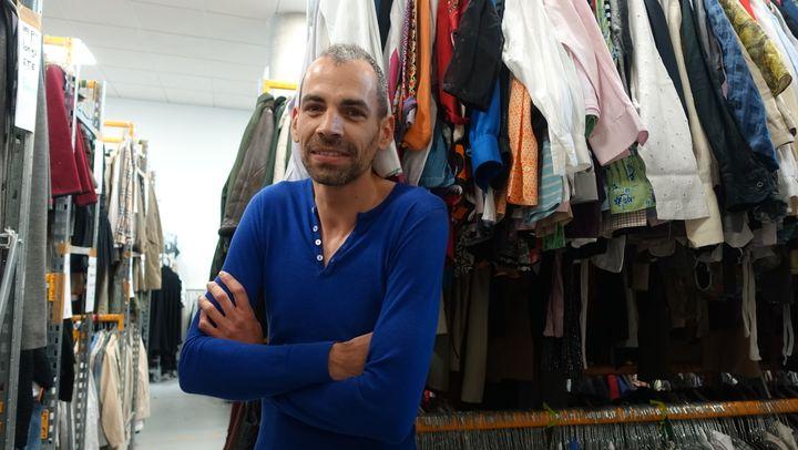 Rémi Antoniucci, fondateur de Bis Boutique Solidaire, dans l'atelier parisien au milieu des stocks de vêtements triés  (Corinne Jeammet)