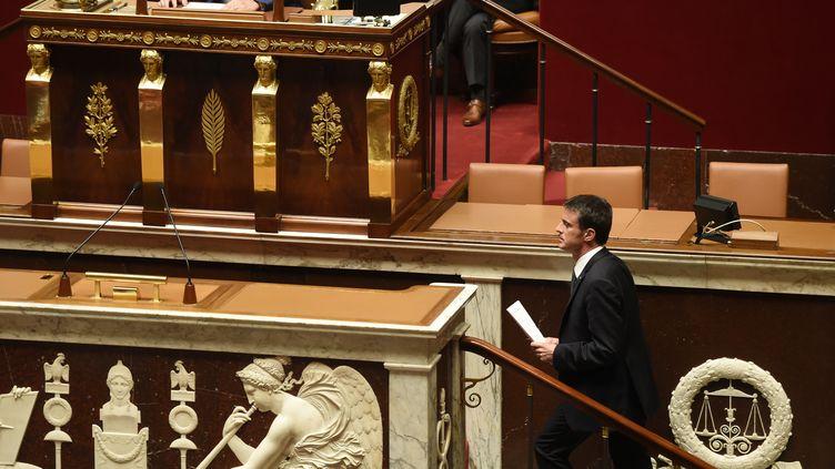 Manuel Valls monte à la tribune de l'Assemblée nationale pour engager la responsabilité de son gouvernement, le 10 mai 2016. (ERIC FEFERBERG / AFP)