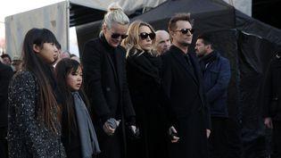 Laeticia Hallyday, ses filles Jade et Joy, ainsi que Laura Smet et David Hallyday, lors de l'enterrement de Johnny Hallyday à l'église de la Madeleine, à Paris, le 9 décembre 2017. (YOAN VALAT / AFP)