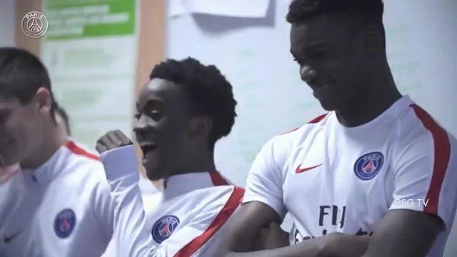 Des apprentis joueurs du PSG surpris par une freestyleuse très douée qui les défie