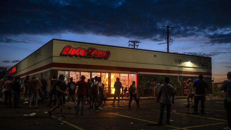 Des manifestants ont mis le feu à un magasin de pièces automobiles, le 27 mai 2020 à Minneapolis (Minnesota). (STEPHEN MATUREN / GETTY IMAGES NORTH AMERICA / AFP)