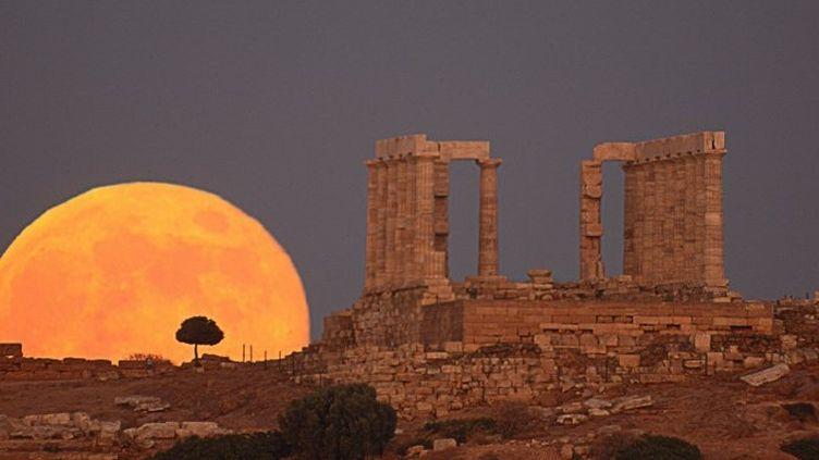 Levé de Lune derrière le temple de Poséidon à Sounion (Grèce)  (A.Ayiomamitis / Leemage)