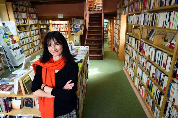 """Mme Christine Rey, nouvelle propriétaire du """"Bleuet"""" de Banon, pose dans la librairie, le 17 février 2015.  (Anne-Christine Poujoulat / AFP)"""