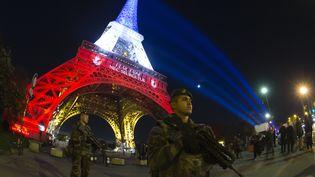 Des soldats français de l'opération Vigipirate, devant la tour Eiffel, le 18 novembre 2015. (JOEL SAGET / AFP)