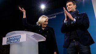 Marine Le Pen et la tête de liste du Rassemblement national pour les européennes, Jordan Bardella, lors d'une réunion publique àBruz (Ille-et-Vilaine), le 5 avril 2019. (MARTIN BERTRAND / HANS LUCAS / AFP)