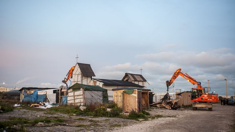 """Destructions en cours sur le site de l'ancienne """"jungle"""" de Calais, en novembre 2016 (JULIEN PITINOME / ANADOLU AGENCY)"""