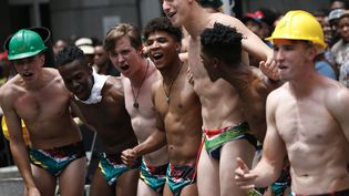 Des supporters des Springboks avec le même maillot de bain porté par le demi de mêléeFaf de Klerk après la finale de la Coupe du monde de rugby. (MICHELE SPATARI / AFP)