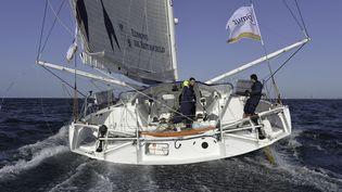 """Les skippers Sébastien Josse et Charles Caudrelier, sur leur bateau """"Edmond de Rothschild"""", le 27 septembre 2015. (CHRISTOPHE FAVREAU / CHRISTOPHE FAVREAU)"""
