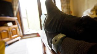 Un homme en détention à la maison purge la fin de sa peine de prison avec un bracelet electronique à sa cheville. (Illustration) (THIBAUT DURAND / HANS LUCAS / AFP)