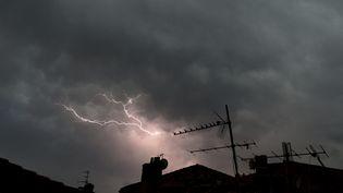 Un orage le 1er juillet 2018 à Bordeaux (Gironde). (NICOLAS TUCAT / AFP)