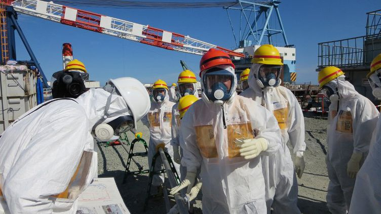 Le ministre japonais de l'Economie et de l'Industrie,Toshimitsu Motegi (casque rouge), à la centrale de Fukushima le 26 août 2013. (TEPCO / AFP)