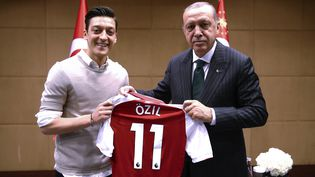 Mesut Özil et le président Erdogan posant ensemble, le 13 mai 2018, à Londres. (AFP PHOTO / TURKISH PRESIDENTIAL PRESS OFFICE / KAYHAN OZER)