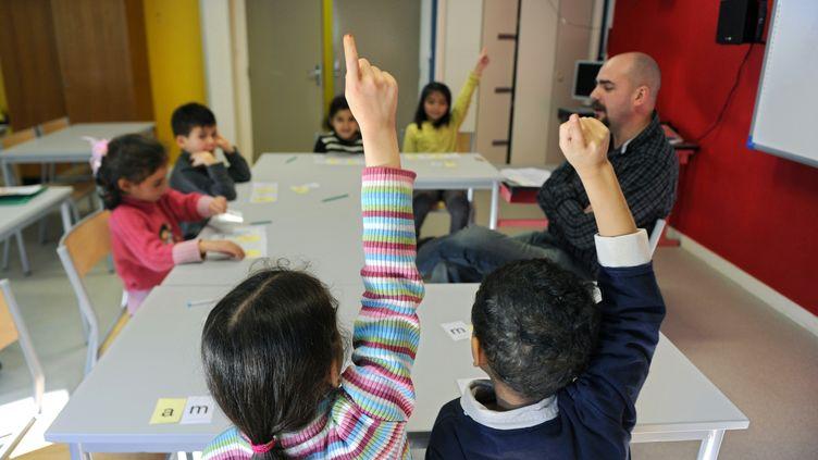 Une classe de CP, dans la banlieue de Saint-Étienne (PHILIPPE DESMAZES / AFP)