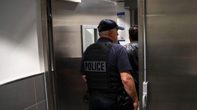 Illustration. Un policier entre dans le commissariat des Halles à Paris, le 20 octobre 2017. (JACQUES DEMARTHON / AFP)