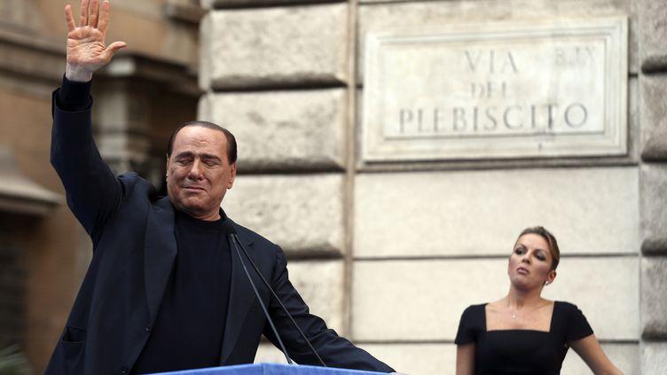 Silvio Berlusconi salue ses soutiens devant sa résidence à Rome (Italie), le 4 août 2013. (ALESSANDRO BIANCHI / REUTERS)