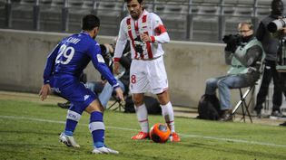 Johan Cavalli (AC Ajaccio) face à Gilles Cioni (SC Bastia), le 4 décembre 2013 au stade Parsemain de Fos-sur-Mer (?FABRICE FOURES / MAXPPP)