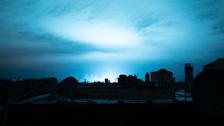 Une lumière bleutée illumine le ciel de New York après l'explosion d'un transformateur dans le quartier du Queens, le 27 décembre 2018. (CHAN BEKTI / ANADOLU AGENCY / AFP)