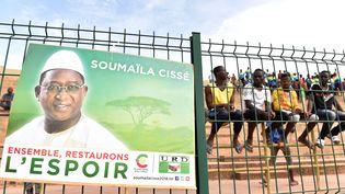 Un affiche de campagne de Soumaïla Cissé, placardée sur l'une des grilles du stade de Mopti, au Mali, lors d'un meetingpour la présidentielle, le 26 juillet 2018. (ISSOUF SANOGO / AFP)