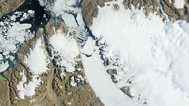 Cette image de la Nasa, diffusée le 18 juillet 2012, montre le détachement d'un bloc de glace duglacier de Petermannau Groenland. (NASA / AFP)