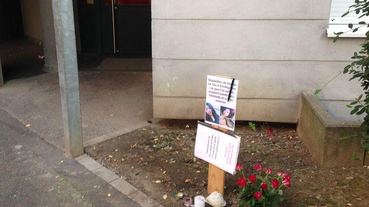 Devant l'immeuble du suspect, près de Strasbourg, un hommage à l'étudiante disparue depuis le 7 septembre 2018. (CHARLOTTE JOUSSERAND / RADIO FRANCE)