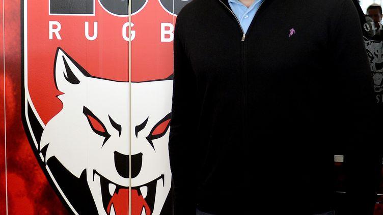 Sébastien Chabal pose devant le logo du LOU (le Lyon Olympique Universitaire), le 20 avril 2012, au stade de Vénissieux (Rhône). (PHILIPPE DESMAZES / AFP)