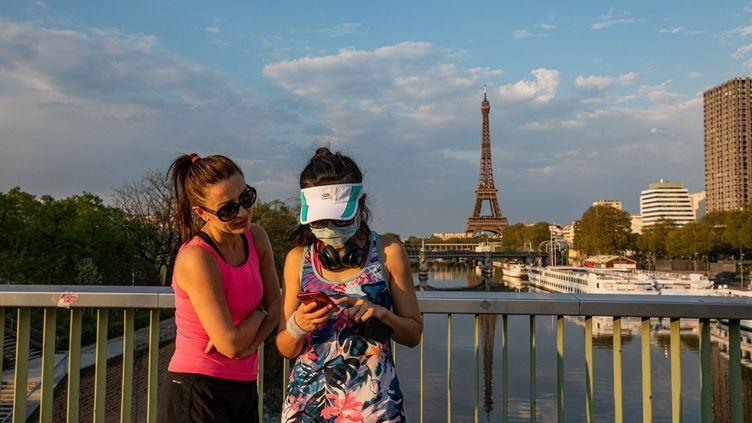 A Paris, pendant le confinement lié à l'épidémie de coronavirus, le 12 avril 2020. (THOMAS MOREL-FORT / HANS LUCAS)