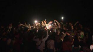 Des centaines de jeunes bravent les interdictions et font la fête sur les plages d'Hossegor. (CAPTURE ECRAN FRANCE 2)
