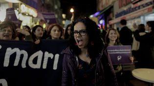 Une femme manifeste à Istanbul, le 19 novembre 2016, contre un projet de loi qui permettrait aux agresseurs sexuels de mineures d'échapper à une condamnation en épousant leurs victimes. (MAXPPP)