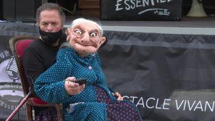 Philippe Saumont, directeur du Théâtre des Tarabates, avec Marthe, sa marionnette (B. Le Vaillant / France télévisions)