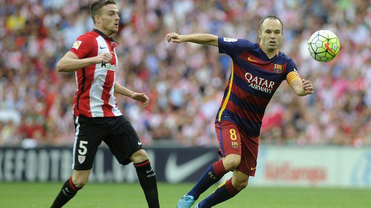 Andreas Iniesta (Barcelone) face à Javier Eraso (Athletic Bilbao) (ANDER GILLENEA / AFP)
