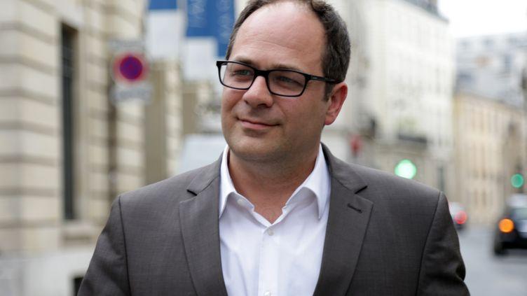 """L'eurodéputé Emmanuel Maurel est allé rencontrer les """"gilets jaunes"""" des Champs-Elysées lors de la mobilisation du 24 novembre 2018. (ZAKARIA ABDELKAFI / AFP)"""
