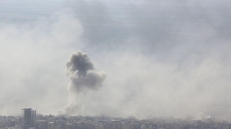 De la fumée au dessus de la ville de Douma, dans la Ghouta orientale en Syrie, le 7 avril 2018. (STRINGER / AFP)