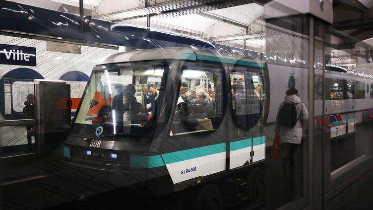 La ligne 1 du métro circule le 20 décembre 2019, à Paris. (GAO JING / XINHUA / AFP)