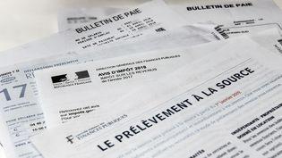 L'explication sur le prélèvement à la source de l'impôt sur le revenu reçue par un contribuable, le 4 septembre 2018, à Lille. (DENIS CHARLET / AFP)